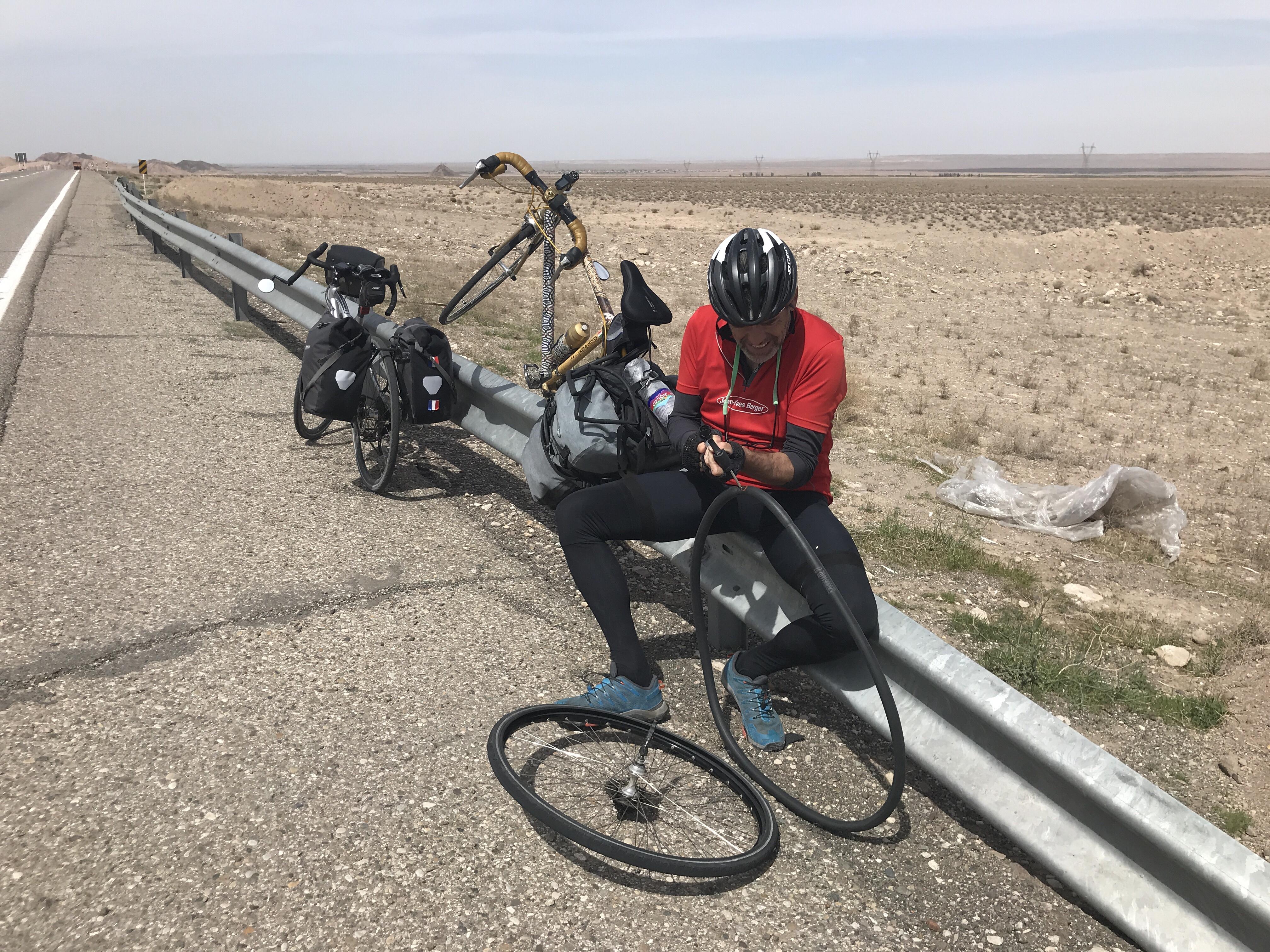 De Kashan à Qom 105 km de désert vent de face.