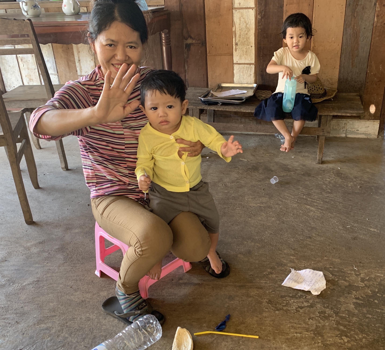 Nous sommes accompagnés par les encouragements des enfants,et il y en a beaucoup au Cambodge.
